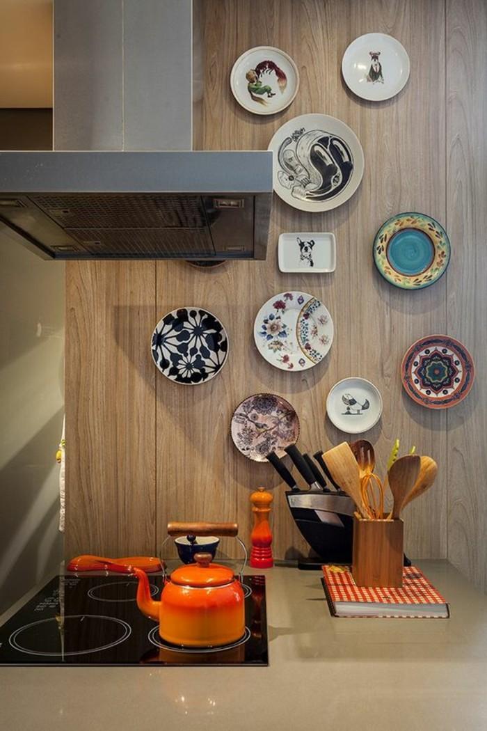 11-küche-dekorieren-oranger-teekessel-teller-ofen-wanddeko-messer-löffeln-buch