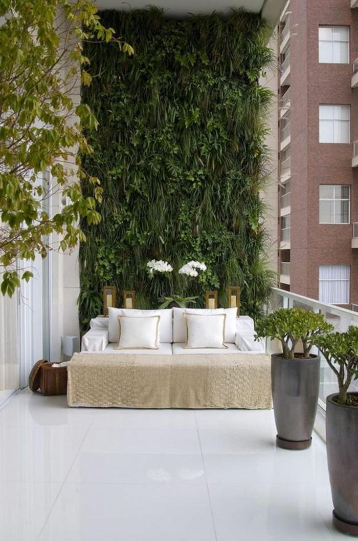 balkon-ideen-weiße-fliesen-sofa-kissen-grüne-pflanzen-wanddeko-blumen