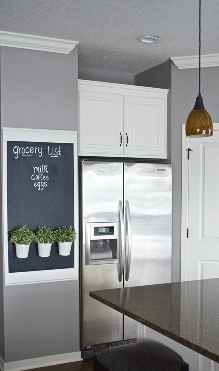 13-küche-dekorieren-silberner-kühlschrank-grpne-pflanzen-lampe-weißer-schrank-tafel