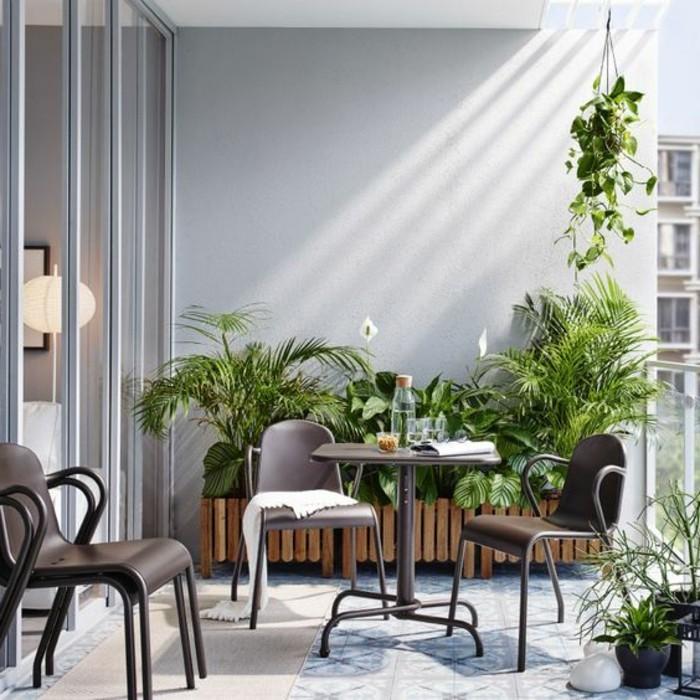 14-balkonideen-tisch-stühle-viele-grüne-pflanzen-fliesen-licht