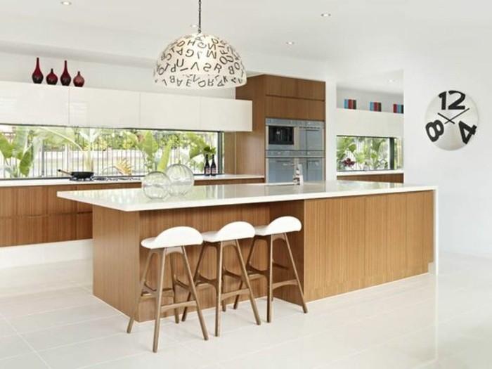 15-küche-dekorieren-stühle-kücheninsel-lampe-ofen-wanduhr-vasen