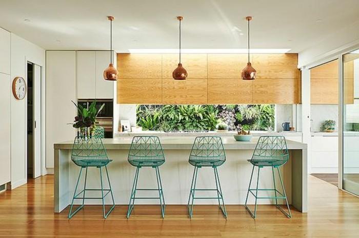 18-küche-dekorieren-grüne-pflanze-lampen-blaue-stühle-kücheninsel-boden-aus-holz
