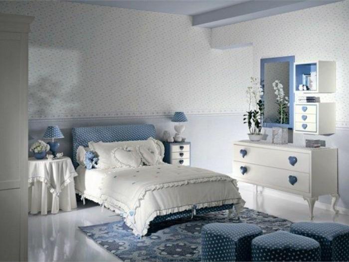 1kinderzimmer-für-mädchen-blau-weiß-doppelbett-nachttisch-decke-nachtlampe-blaue-hocker-herzform-spiegel
