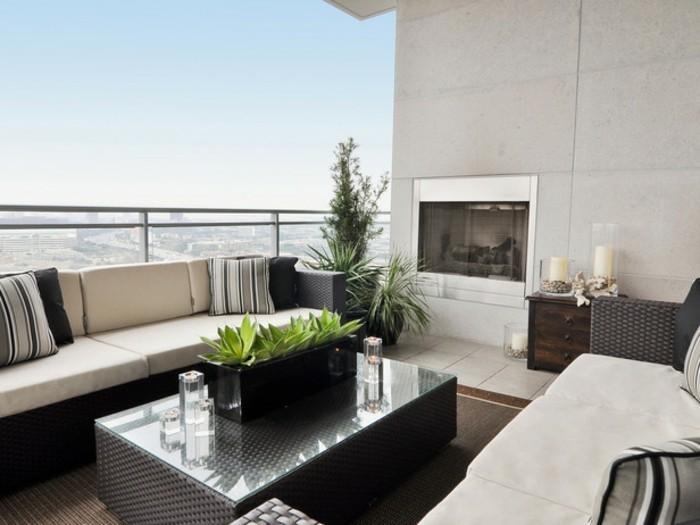 2-balkon-ideen-sofas-kissen-grüne-pflanzen-kaminsim-tisch-kerzen-dekorationen