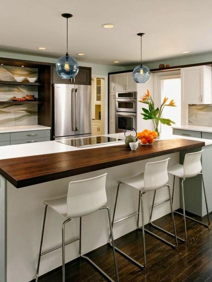 20-wohnideen-küche-blumen-lampen-kücheninsel-weiße-stühle-kühlschrank-ofen-weiße-schränke