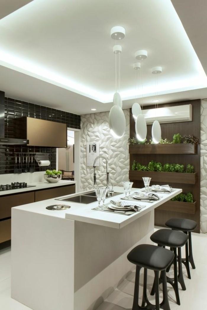 20-wohnideen-küche-weißer-wandpaneel-lampen-kücheninsel-schwarze-stühle-pflanzen