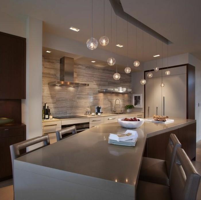 20-wohnungdeko-küche-in-braun-spirator-lampen-kücheninsel-stühle-ofen-teller-waschbecken