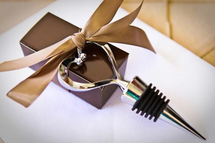 2hochzeitsgeschenke-ideen-bieroeffner-herz-flaschenoeffner-ausgefallene-hochzeitsgeschenke