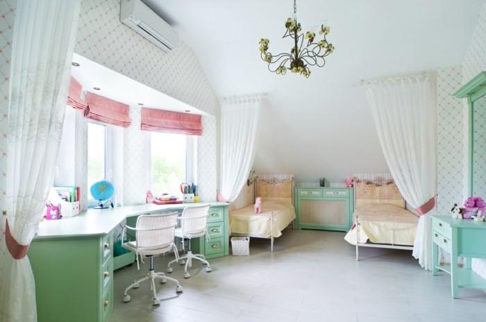 2kinderzimmer-für-zwei-schreibtisch-für-zwei-farbe-grün-weißer-vorhang-weiße-stühle