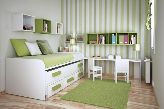 2kleines-kinderzimmer-einrichten-bett-bettkasten-regale-grün-teppich-grün-laminatboden-weiße-mäbel-gestreifte-tapeten