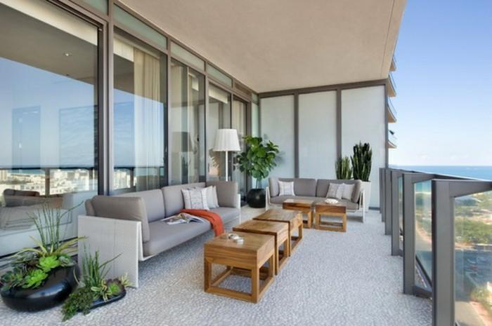 3-balkon-ideen-blumentöpfe-grüne-pflanzen-tische-aus-holz-sofa-lampe