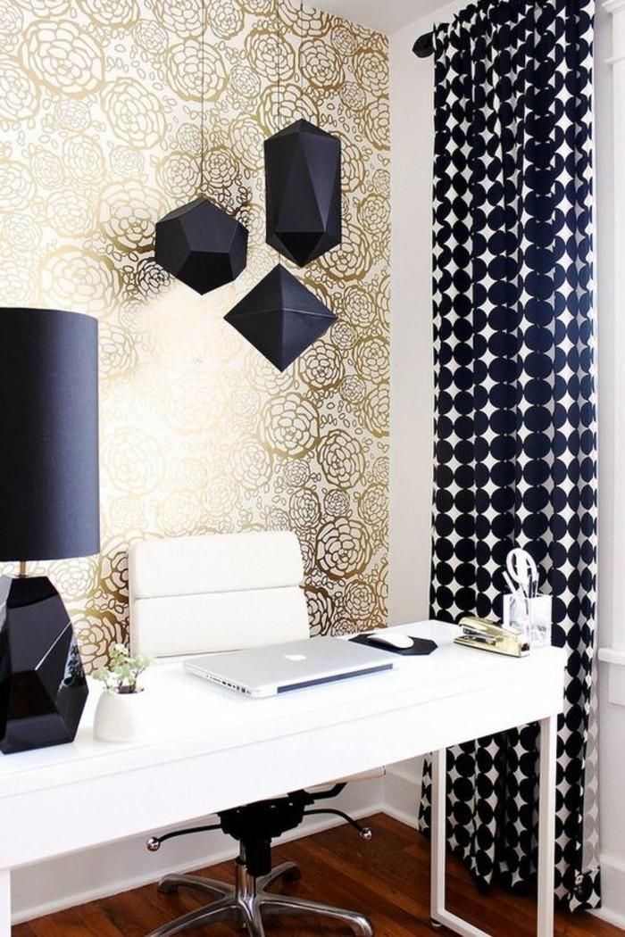 3-srbeitszimmer-gestalten-weisser-schreibtisch-tapete-weisser-stuhl-schwarze-lampe-gardinen