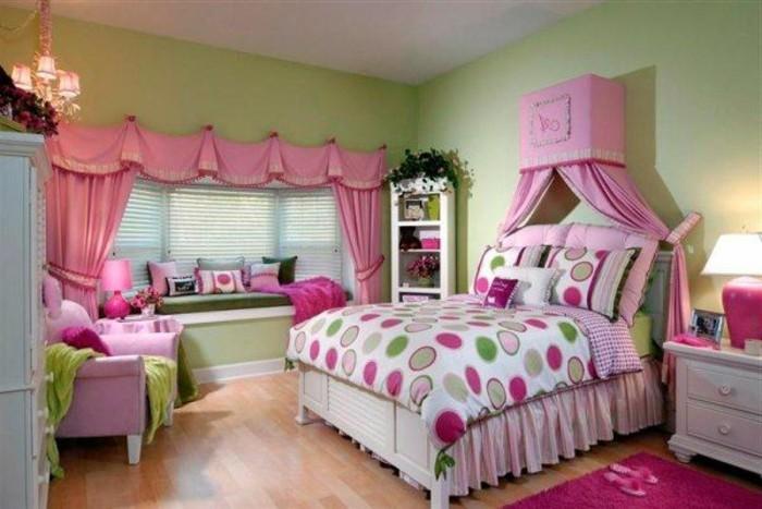 4kinderzimmer-für-mädchen-doppelbett-holz-weiß-pinker-teppich-laminatboden-nachtlampe-nachttisch-schubladen-gardinen