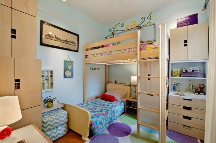4ideen-kinderzimmer-einrichten-holzmöbel-bunter-teppich-parkettboden-hochbett-hellblaue-wände