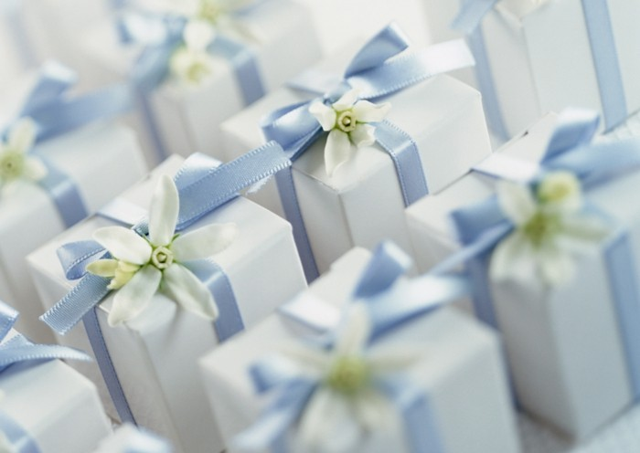7hochzeitsgeschenke-ideen-stillvole-viereckige-geschenkverpackungen-in-weiss-hellblaues-band-weisse-blume