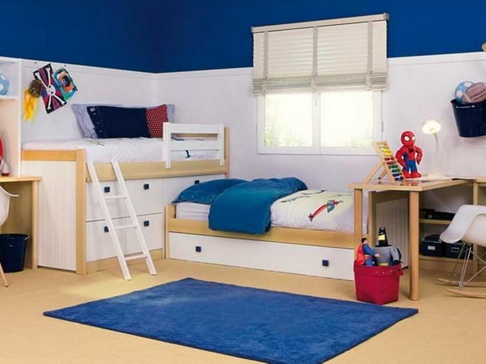 7kinderzimmer-für-zwei-jungen-holzbetten-bezz-mit-leiter-schreibtisch-holz-weiße-jalousie-blau-weiße-wand