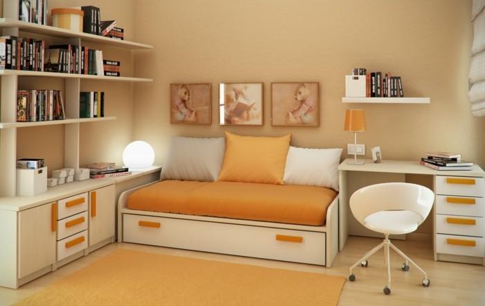 7kleines-kinderzimmer-einrichten-orange-gestalten-weiße-möbel-stuhl-rädern-wanddeko-bücherregale