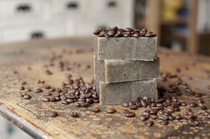 7seife-herstellen-kaffeeseife-hausgemachte-seife-mit-kaffeebohnen-fuer-koerperpeeling