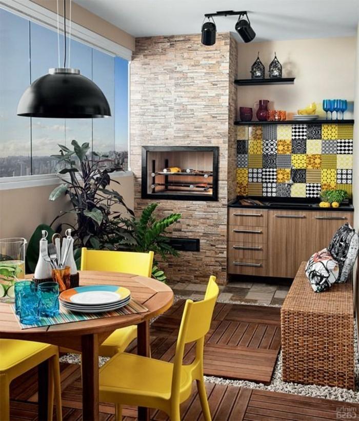 8-küchendekoration-tapete-ziegel-lampe-runder-tisch-gelbe-stühle-kisse-weingläser-pflanzen-fenster