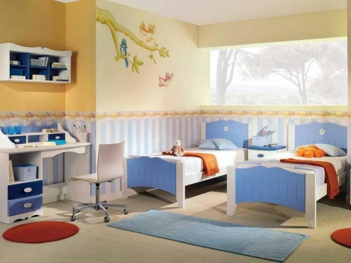 8kinderzimmer-für-zwei-kinder-blaue-holzbetten-weißer-boden-blauer-teppich-schreibtisch-holz-stuhl-auf-rädern