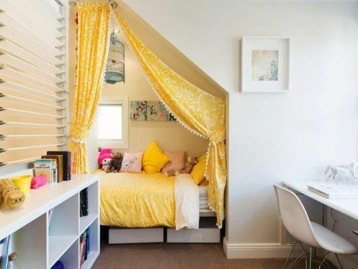 8kleines-kinderzimmer-einrichten-schrägdach-bett-nische-gelber-vorhang-raumabtrennung-weißer-regal-weißer-schreibtisch