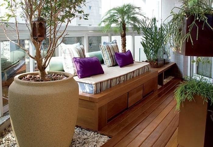 9-schmaler-balkon-gestalten-kleiner-sofalila-kissen-großer-blumentopf-palme-
