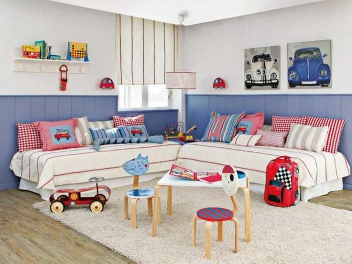 9kinderzimmer-für-zwei-zwei-betten-kleiner-holztisch-kleine-holzhocker-weißer-teppich-holzboden