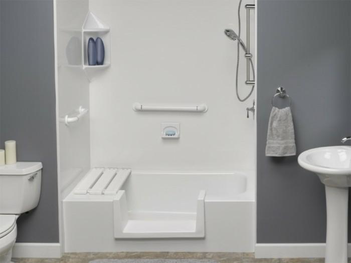 Bäder-ohne-fliesen-eine-weiße-duschkabine-mit-bank