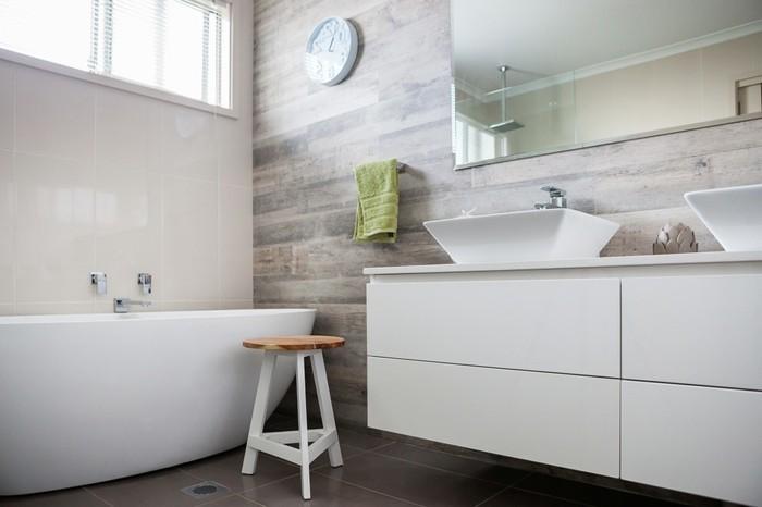 Bad-ohne-fliesen-Uhr-weiße-badewanne-wandpaneele