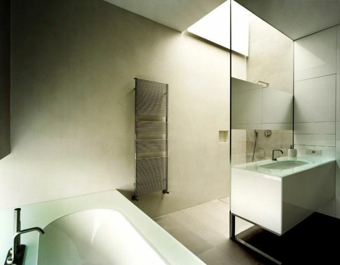 Bad-ohne-fliesen-mit-dachbeleuchtung-und-heizung-gestrichene-wände