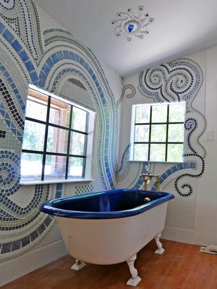 Badezimmerwände-ohne-fliesen-abstraktes-muster-von-mosaik-blaue-badewanne