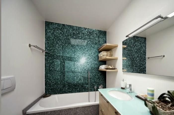 Badezimmerwände-ohne-fliesen-grünes-spiegelwand-und-großem-länglichen-spiegel