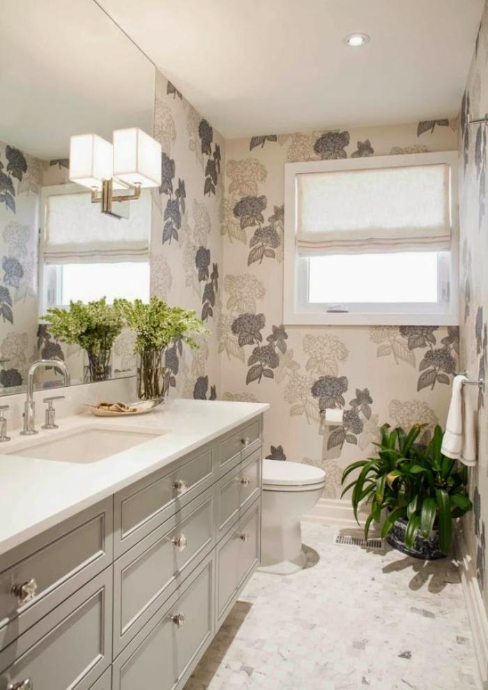Badezimmerwände-ohne-fliesen-mit-tapeten-in-blättermuster