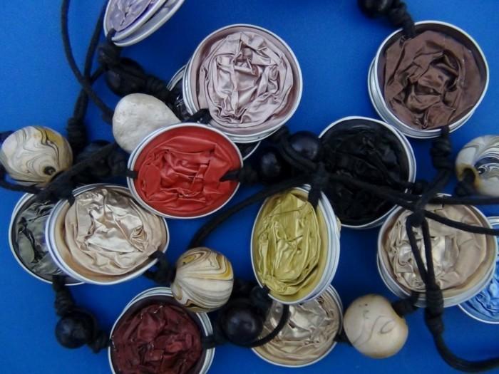 basteln-mit-kaffeekapseln-eine-girlande-aus-kaffeekapseln-in-verschiedener-farben