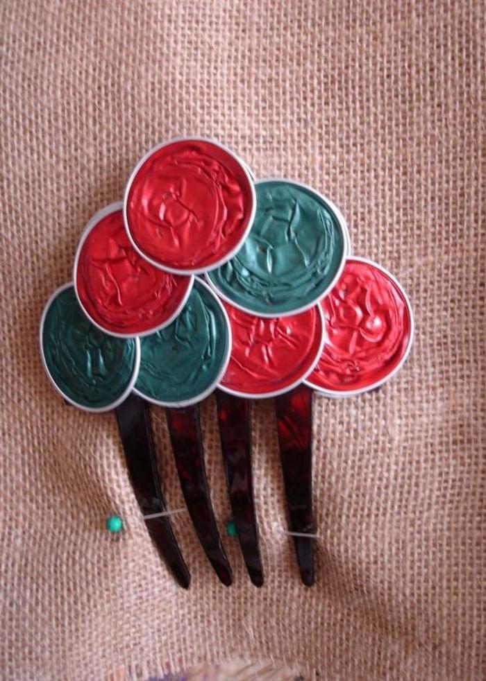 basteln-mit-kaffeekapseln-schmuck-fuer-das-haar-in-roter-und-gruener-farbe