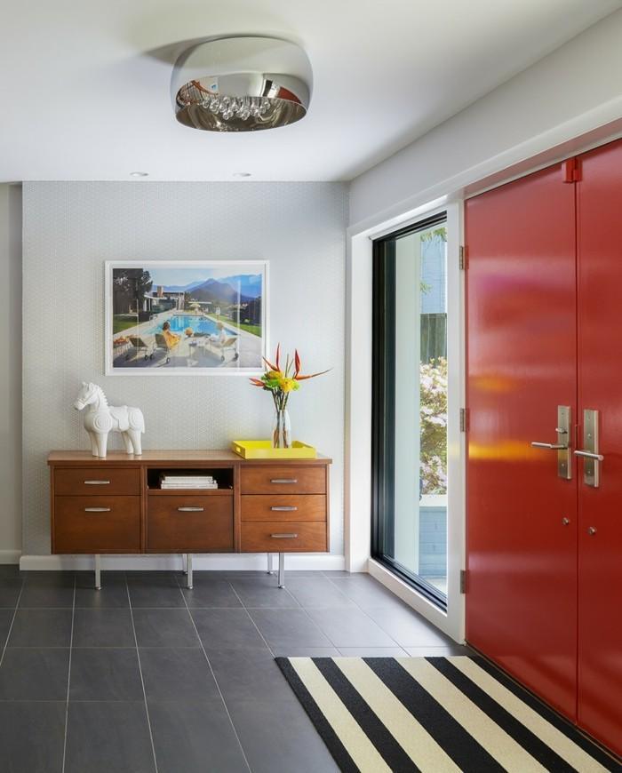 Diele-gestalten-ein-pferdchen-als-dekoration-rote-eingangstüren