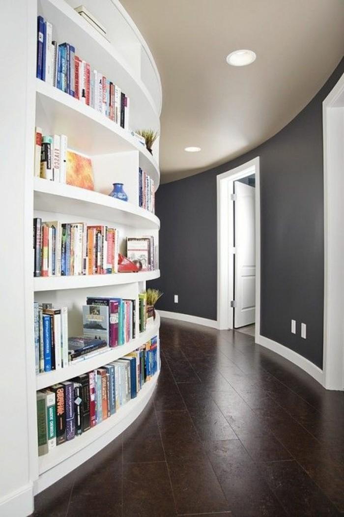 Flur-farben-ideen-für-gerundete-wände-eingebautes-bücherregal