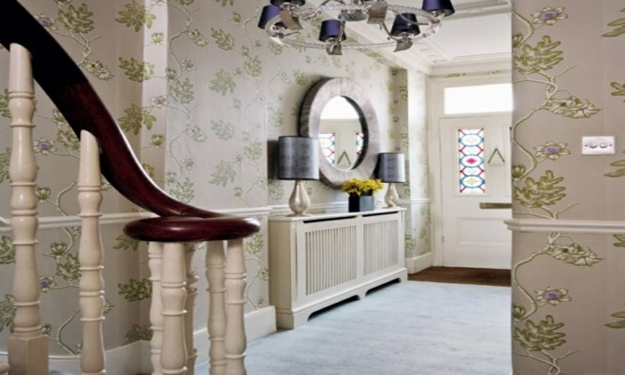 Flur-neu-gestalten-mit-schönen-tapeten-und-rundem-spiegel