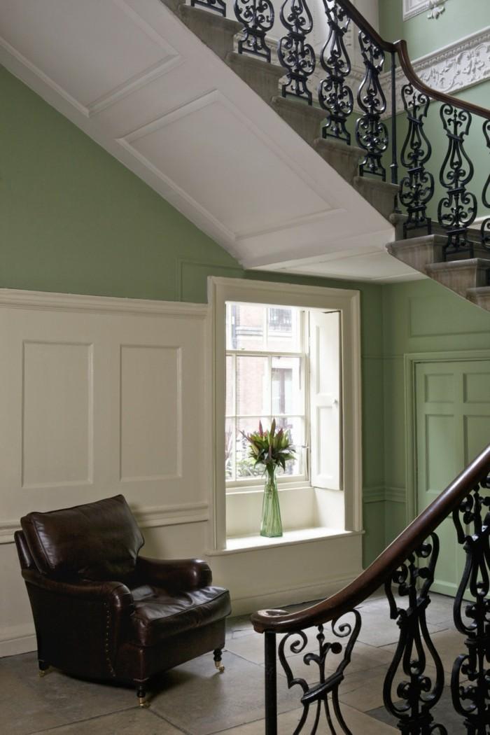 Gestaltungsideen-Flur-einen-sessel-aus-leder-grün-gestrichen