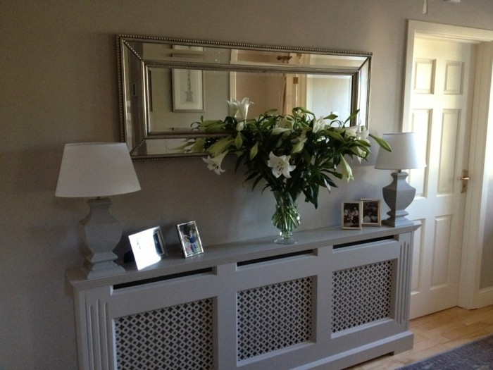 Gestaltungsideen-Flur-graue-regale-und-länglicher-spiegel
