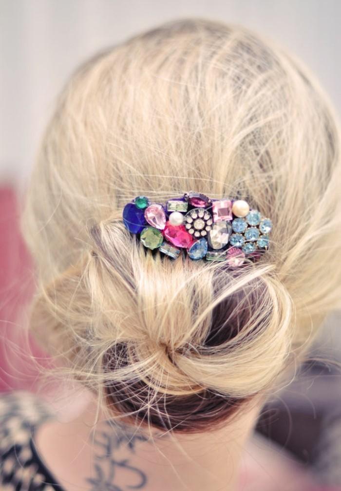 Haarspangen-nähen-auf-blondes-haar-mit-vielen-kleinen-glasperlen