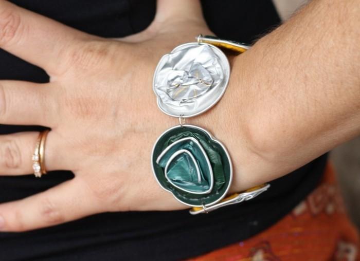 kaffeekapseln-basteln-armband-mit-zwei-blumen-in-weiss-und-gruen