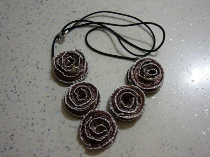 kaffeekapseln-basteln-mit-schwarzen-rosen-auf-kette
