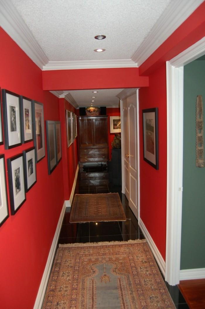 Langen-Flur-gestalten-mit-roten-wänden-und-bilder-entlang