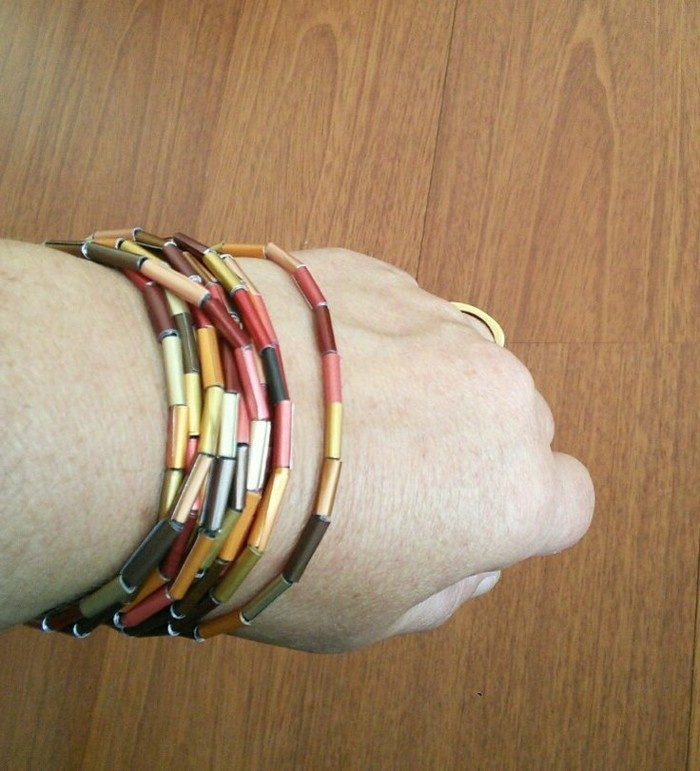 schmuck-aus-kaffeekapseln-armband-aus-gerollten-kaffeekapseln-in-verschiedenen-farben
