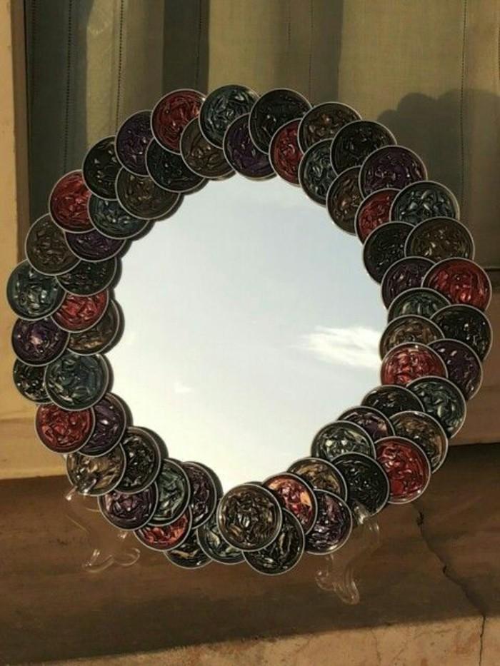 schmuck-aus-kaffeekapseln-in-dunkler-farbe-fuer-den-spiegel