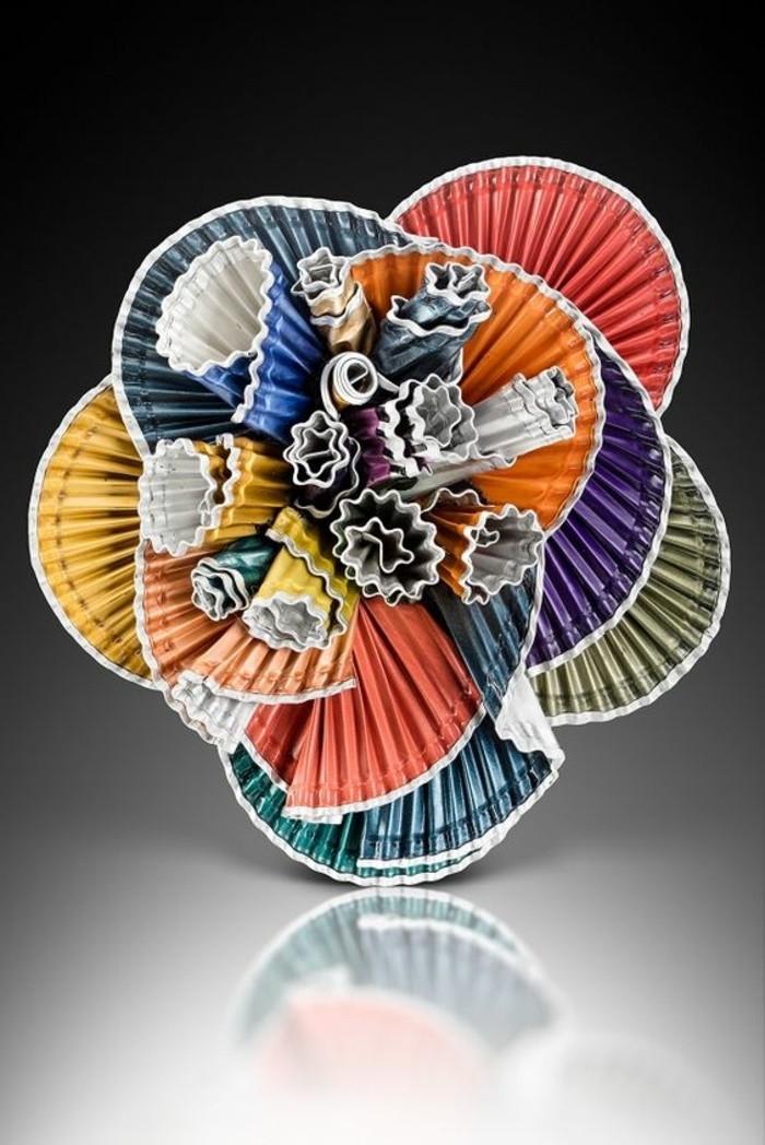 schmuck-aus-kaffeekapseln-kreative-kombination-aus-kaffeekapseln-wie-abstrakte-blume