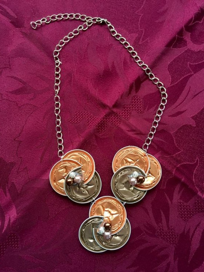 schmuck-aus-kaffeekapseln-selber-machen-eine-halskette-aus-drei-teilen-mit-glasperlen-verziert