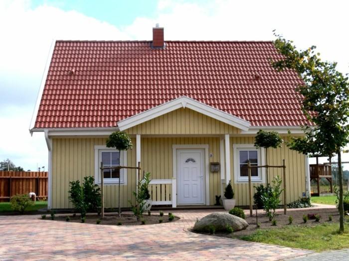Schwedenhaus-gelb-Haus-mit-veranda