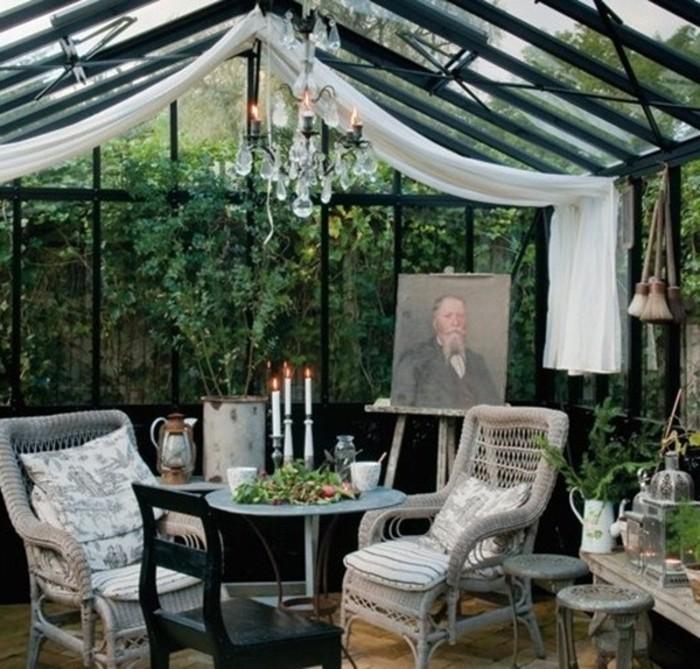 veranda-wintergarten-kronleuchter-kristall-rattan-sitzgruppe